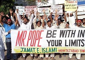 """""""Señor Papa, quédese dentro de sus límites"""", dice la pancarta de esta protesta en Pakistán. (Foto: REUTERS)"""