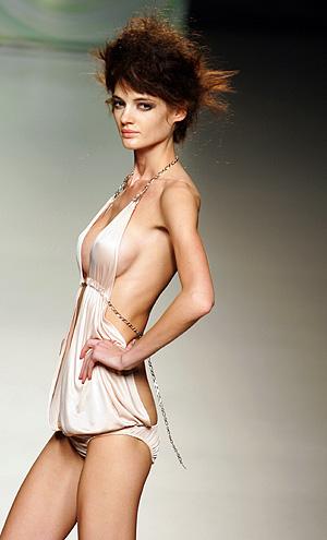 Una modelo en Cibeles 2005 con un diseño de Locking Shocking's. (Foto: AFP)