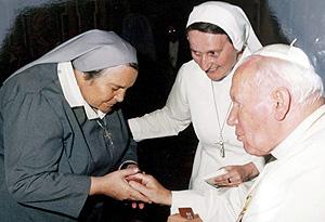 Leonela Sgorbati (i) saludando al papa Juan Pablo II en Milan. (Foto: EFE)