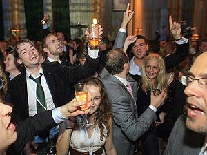 Simpatizantes del centroderecha celebran en Estocolmo su victoria. (Foto: EFE)
