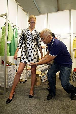 El diseñador Antonio Pernas prueba una prenda a una de las modelos. (Foto: Kike Para)