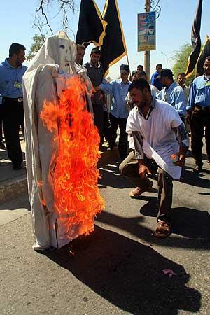 Manifestantes queman un muñeco que representa al Papa en Basora (Irak). (Foto: AFP)