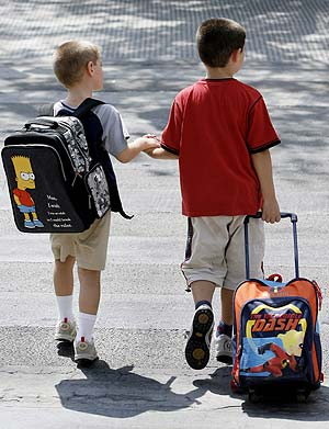 Dos niños acuden al colegio. (Foto: EFE)