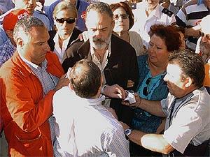 Un hombre increpa al doctor Luis Montes a su llegada al juzgado de Leganés. (Foto: EFE)