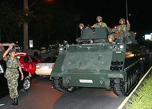 Soldados tailandeses se dirigen a la casa del primer ministro. (Foto: AP)