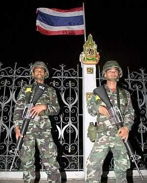 Soldados tailandeses armados toman posiciones en el exterior de la sede del Gobierno de Bangkok. (Foto: EFE)