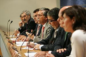 Los portavoces de todos los grupos menos el PP, en la rueda de prensa. (Foto: EFE)