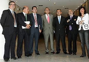 Los portavoces de todos los grupos menos el PP, antes de la rueda de prensa. (Foto: EFE)
