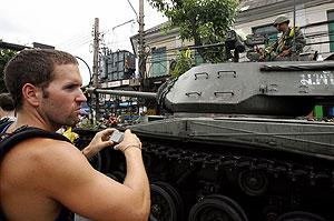 Un turista fotografía un tanque en Bangkok. (Foto: AFP)