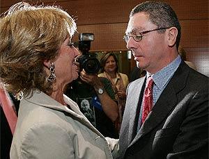 Gallardón saluda a Aguirre antes del Debate sobre el Estado de la región. (Foto: EFE)