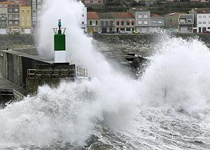 Fuertes olas sobre el faro de A Guarda. (Foto: AFP)