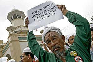 Manifestantes protestan contra el discurso del Papa en Kuala Lumpur (Malasia). (Foto: AFP)