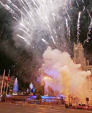 Imagen de la traca en Cibeles que ha dado inicio a la noche de la cultura. (Foto: J. Martínez)
