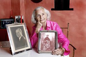 María Luisa Sanz, con fotos de su padre y de su abuelo. (Foto: C. Conesa)