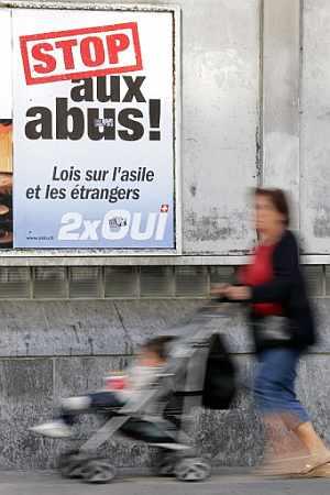Un cartel a favor de las leyes de Asilo y Extranjería. (Foto: AFP)