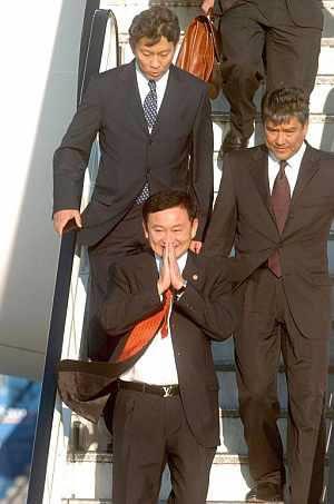 El depuesto Shinawatra llega al aeropuerto de Gatwick, Reino Unido. (EFE)