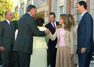 Los Príncipes de Asturias saludan este lunes en la Zarzuela al presidente de Portugal. (Foto: EFE)