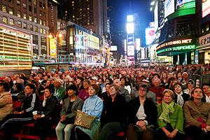 El público de la Metropolitan Opera, en Times Square. (Foto: REUTERS)