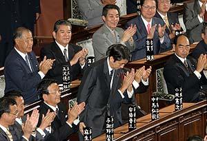 Abe es ovacionado tras ser elegido presidente de Japón. (Foto: REUTERS)