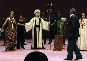 (De izda. a dcha.) Buda, Mahoma, Poseidón y Jesucristo, unen las manos en una escena del ensayo de la ópera 'Idomeneo' en la Ópera de Berlín el 11 de marzo de 2003. (Foto: EFE)