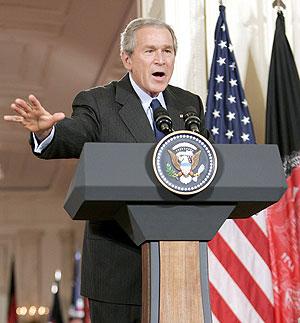 Bush, en la rueda de prensa durante la que anunció la desclasificación del informe. (Foto: EFE)