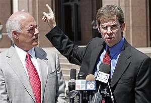 David Markus (dcha.) y Roy J. Kahn, abogados de los acusados, ante la prensa. (Foto: AP)
