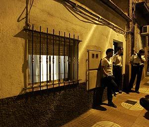 Agentes de policía, en la entrada de la casa donde ocurrió el suceso. (Foto: Carlos Barajas)