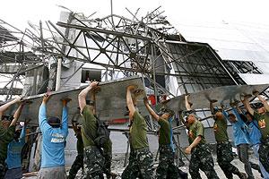 Un grupo de personas despeja una calle de Manila afectada por el tifón. (Foto: EFE)