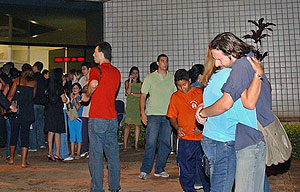 Familiares de los pasajeros del avión esperan noticias del accidente en Brasilia. (Foto: EFE)