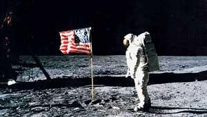 Armstrong, nada más pisar la Luna. (Foto: NASA)