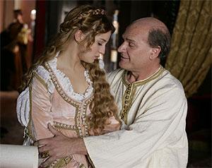 Alejandro VI (Lluís Homar), junto a su hija Lucrecia Borgia (María Valverde).