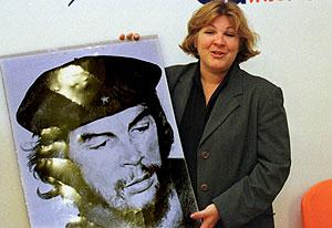 La hija del Che con una foto de su padre. (Foto: Javier Madrazo)