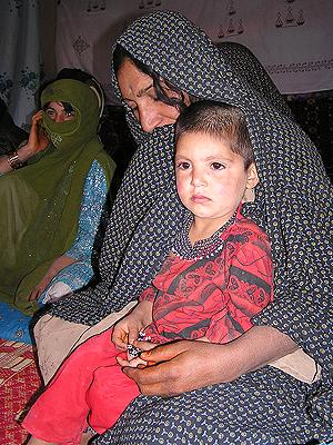 Seharat, una pequeña afgana de tres años casada. (Foto: Mónica Bernabé)