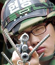 Un soldado surcoreano revisa su arma. (Foto: AP)