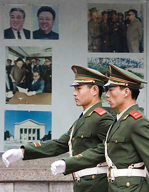 Soldados chinos custodian la Embajada de Corea del Norte en Pekín. (Foto: AP)