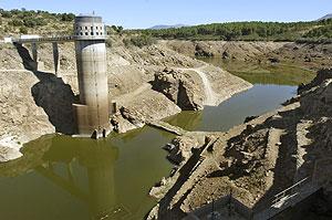 Vista de la presa de El Villar, en Madrid. (Foto: EFE)