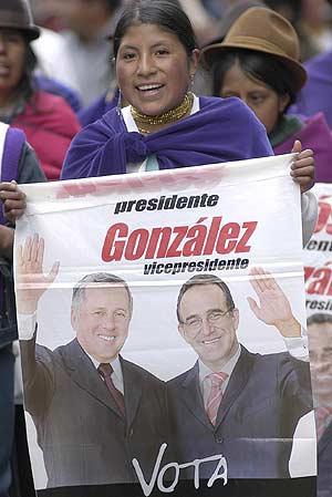 Una mujer con un cartel de Roldós. (Foto: EFE)