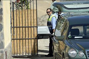 Efectivos de los sevicios funerarios trasladan el cadaver de la española Rocío E.V. (Foto: EFE)