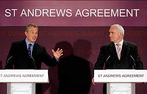Tony Blair junto al primer ministro irlandés, Bertie Ahern, en St. Andrews. (Foto: AP)