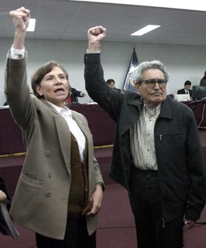 Abimael Guzmán junto a Elena Iparraguirre, su pareja y número dos de Sendero Luminoso. (Foto: AP)