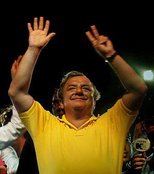 El candidato presidencial Álvaro Noboa celebra su 'triunfo' en la primera vuelta. (Foto: AFP)