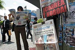 Una mujer lee el periódico en Quito tras los comicios celebrados este domingo. (Foto: AP)