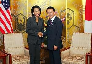 Rice y Aso, antes de su reunión en Tokio. (Foto: AFP)