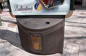 Un contenedor de pilas usadas del Ayuntamiento de Madrid. (Foto: EL MUNDO)