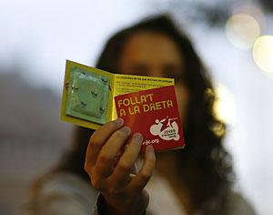 Los preservativos repartidos por ICV. (Foto: Santi Cogolludo)