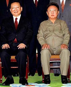 El líder norcoreano, Kim Jong-Il, y el enviado chino, Tang Jiaxuan, en Pyongyang. (Foto: AFP)