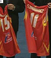 Las camisetas de los jugadores de baloncesto ausentes. (Foto: TVE)