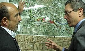 De las Heras explica al alcalde el tramo que va a recorrer y el estado de las obras. (Foto: elmundo.es)