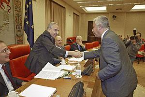 Alfonso Guerra (izda.) y Javier Arenas se saludan en la Comisión Constitucional del Congreso. (Foto: Kike Para)