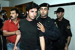 Morenatti, escoltado por miembros de la policía palestina tras su liberación. (Foto: EFE)